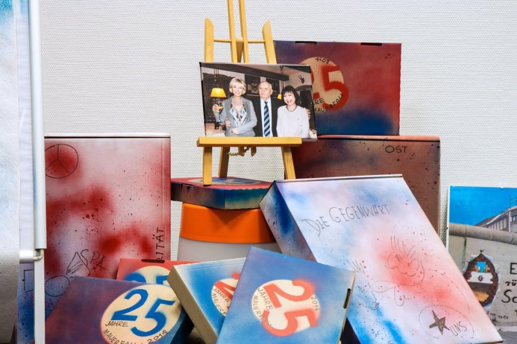 Omnicultura e.V. 25 Jahre Mauerfall Ausstellung - Das Herzstück der Ausstellung: Michail Gorbatschow mit seiner Tochter inmitten der kaputten Berliner Mauer.  Das Foto wurde von einem Freund der Familie Gorbatschow zur Verfügung gestellt.