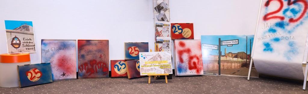 Omnicultura e.V. 25 Jahre Mauerfall Ausstellung - Imitation der Teile von Berliner Mauer samt Graffiti in Autorentechnik. Künstler: Tom Fischer