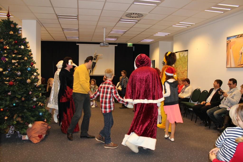 omnicultura e.V. Kinderfest am Jahresende 2014 - Berlin - Weihnachtsfest - Auch die böse Hexe will mitfeiern