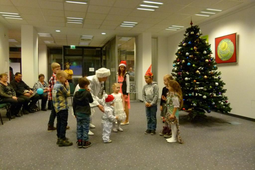 omnicultura e.V. Kinderfest am Jahresende 2014 Berlin - Weihnachtsfest - Die Enkelin von Weihnachtsmann spricht den Kindern Mut
