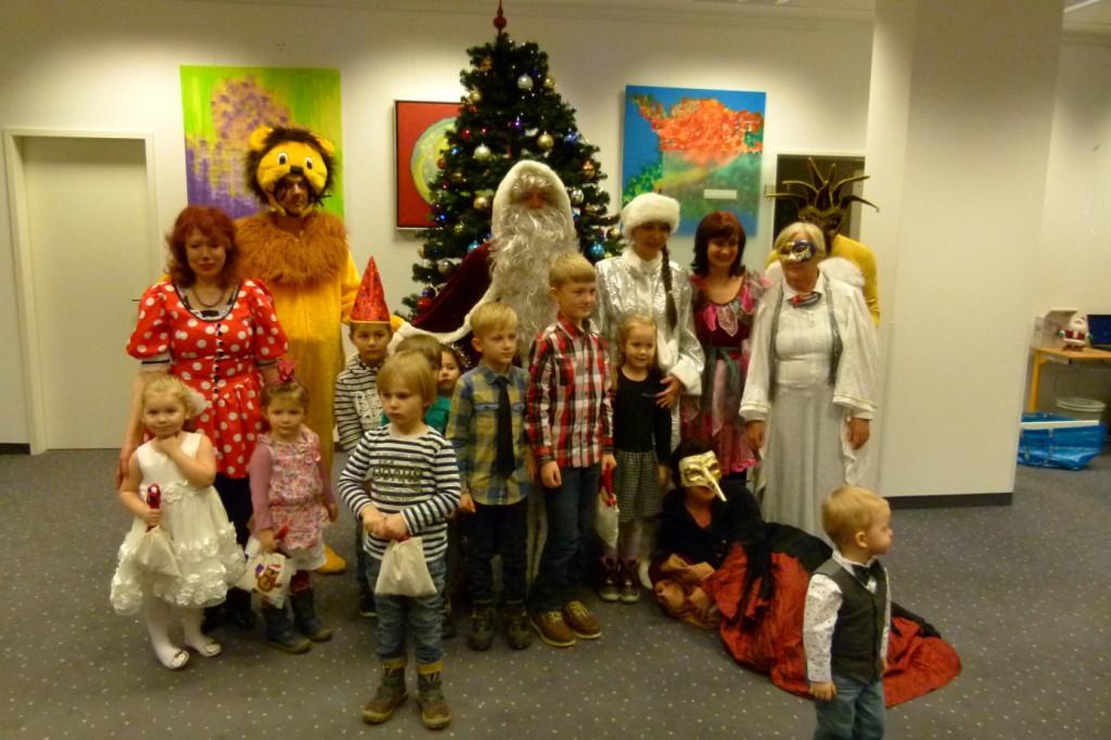 omnicultura e.V. Kinderfest am Jahresende 2014 Berlin - Weihnachtsfest - Die Kleinen mit süßer Bescherung
