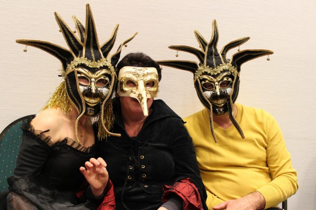 omnicultura e.V. Kinderfest am Jahresende 2014 Die Hexe hat sich mit den beiden Wachen angefreundet und war  nicht mehr einsam